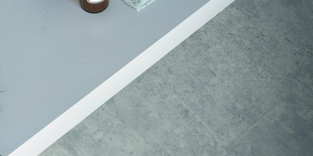 Moderní laminát se vzhledem betonu či kamene