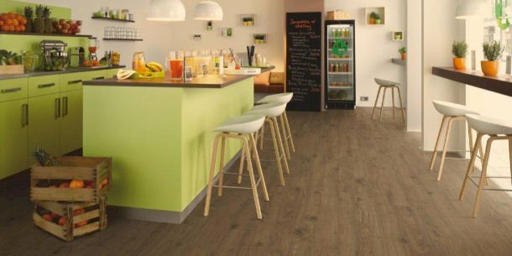Barevnost podlahy dokáže proměnit interiér