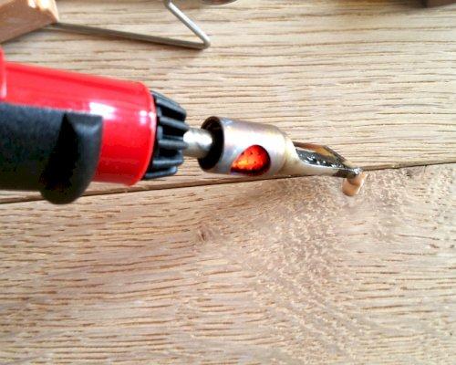 Jak opravit díru na vinylové nebo dřevěné podlaze